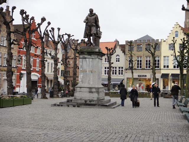 Brugge%20%20Square%20with%20statue%20and%20funny%20trees.JPG