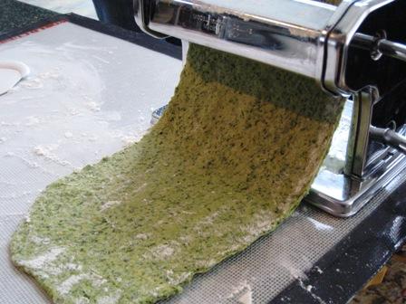 Lasagna-rolling%20pasta%20through%20pasta%20machine.JPG